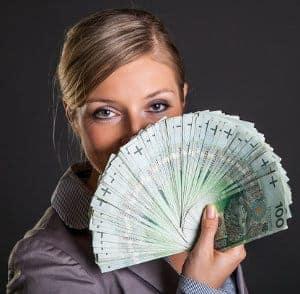 kobieta z banknotami