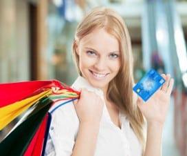 kobieta z zakupami i kartą