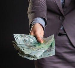 plik banknotów w kobiecej ręce
