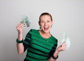 kobieta trzyma banknoty