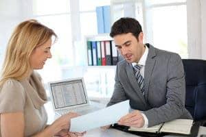 meżczyzna podaje dokument kobiecie