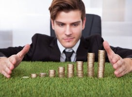 monety na sztucznej trawie
