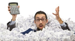 człowiek z kalkulatorem w papierach