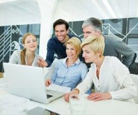 ludzie w biurze przy laptopie
