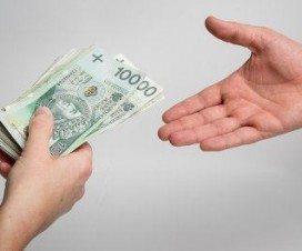 pieniądze podawane z ręki do ręki