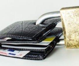 portfel zamknięty kłódką