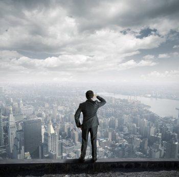 Mężczyzna patrzy na szczyty budynków