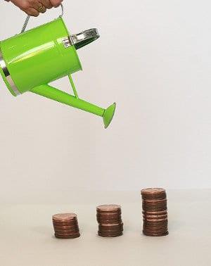 Konewka podlewa monety