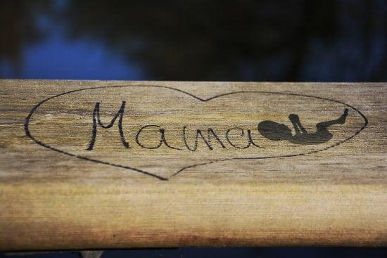 Napis Mama wyryty na drewnie