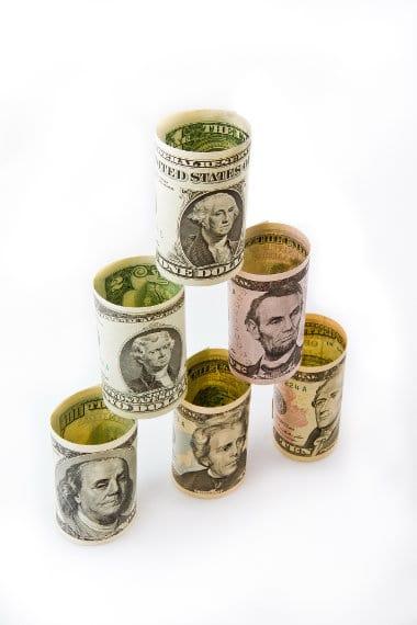 Piramida zrobiona ze zwiniętych banknotów