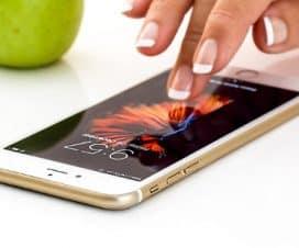 Kobieta włącza telefon komórkowy