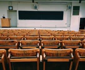 aula z tablicą i krzesłami