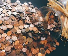 Monety wysypane ze słoika