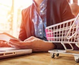 Kobieta wykonuje zakupy przez internet