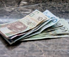 Polskie banknoty leżące na kontuarze