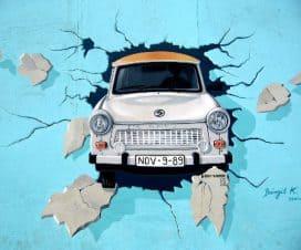 Grafitti przedstawiające samochdód