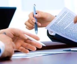 Mężczyna i kobieta omawiają wspólnie umowę