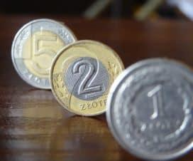 jeden, dwa i pięć złotych ułożone na stole