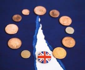 monety na niebieskim tle
