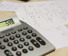 Kalkulator leży obok dokumentów