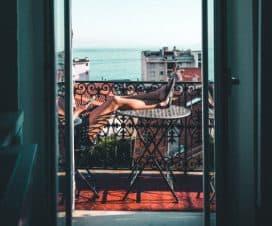 Kobieta odpoczywa na leżaku na balkonie