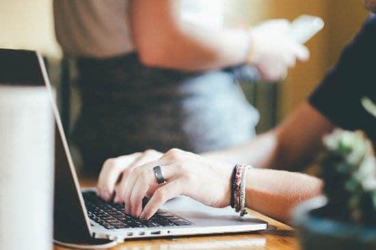 kobicie dłonie na klawiaturze laptopa