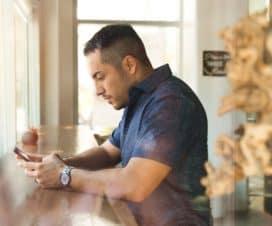 Mężczyzna sprawdza telefon komórkowy