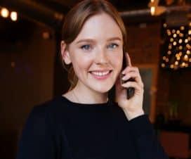Kobieta trzyma telefon komórkowy przy uchu