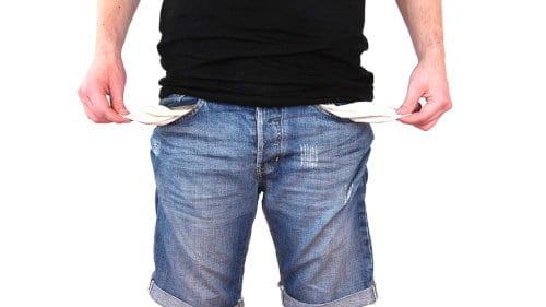 Mężczyzna pokazuje puste kieszenie spodni