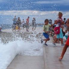 Grupka dzieci na wybrzeżu Chorwacji