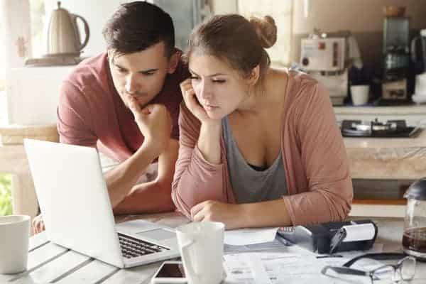 wpatrują się w laptopa