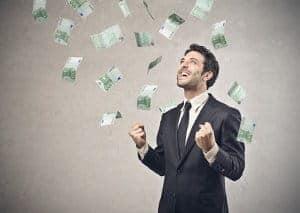 meżczyzna i latające pieniądze