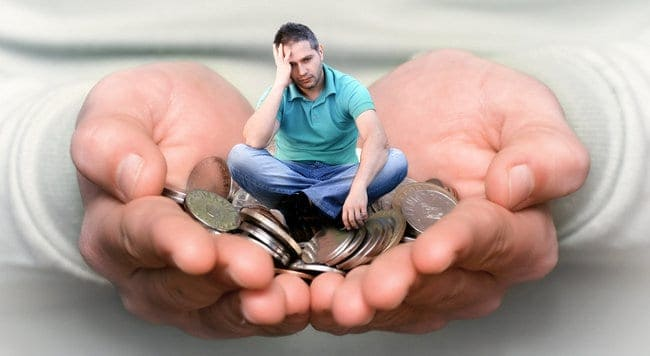 pieniądze w dłoniach i mały człowiek