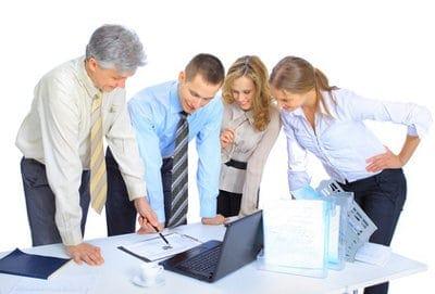 rozmowa biznesowa przy biurku