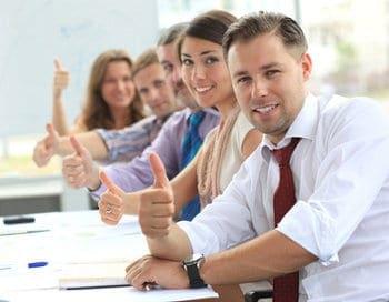 zadowoleni ludzie unoszą kciuk w górę
