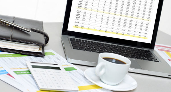 tabela, kalkulator i kawa