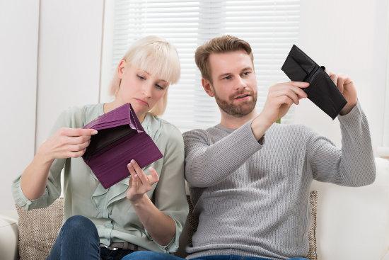 kobieta i mężczyzna z pustymi portfelami