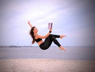 Kobieta na plaży unosząca się nad ziemią