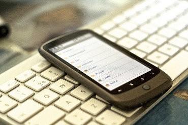 Telefon komórkowy leży na klawiaturze