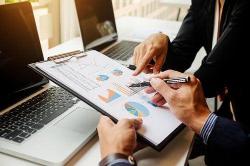 Pracownicy firmy dokonują analizy wykresów