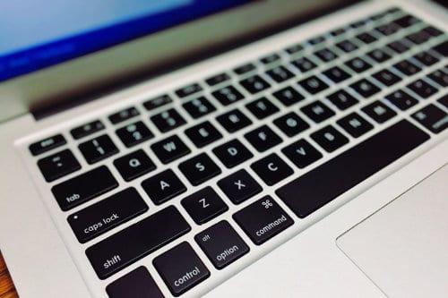 Zbliżenie na klawiaturę laptopa