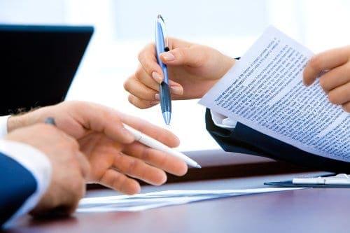 Kobieta przedstawia dane kontraktu