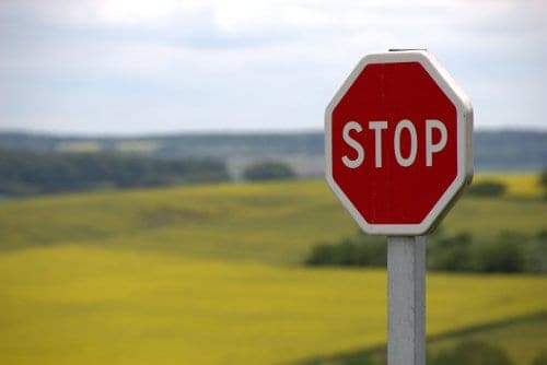 Znak stop przy drodze