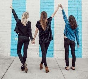 Młode dziewczyny trzymają się za ręce