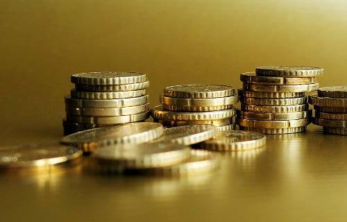 złote monety w stosach