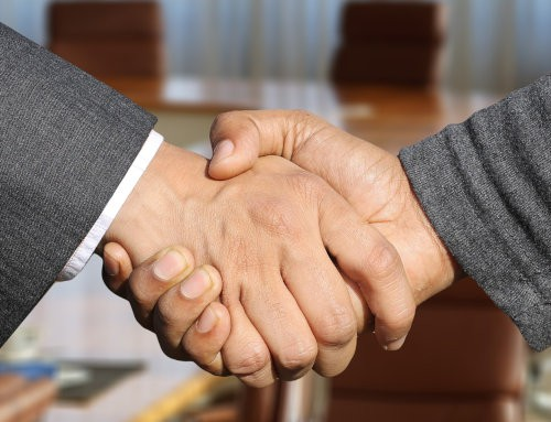 Dwoje mężczyzn ściska sobie dłonie