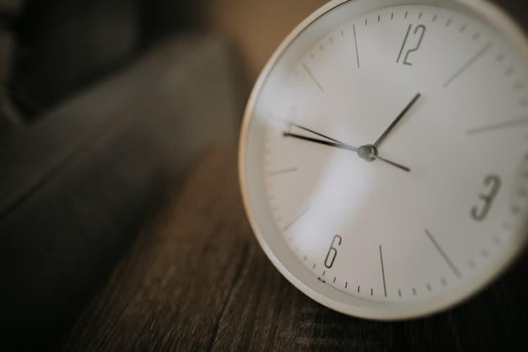 Biały zegar na stole