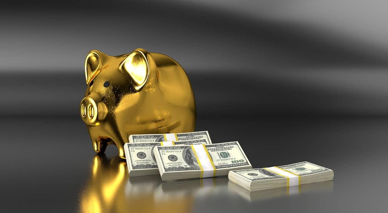 skarbonka i pieniądze obok