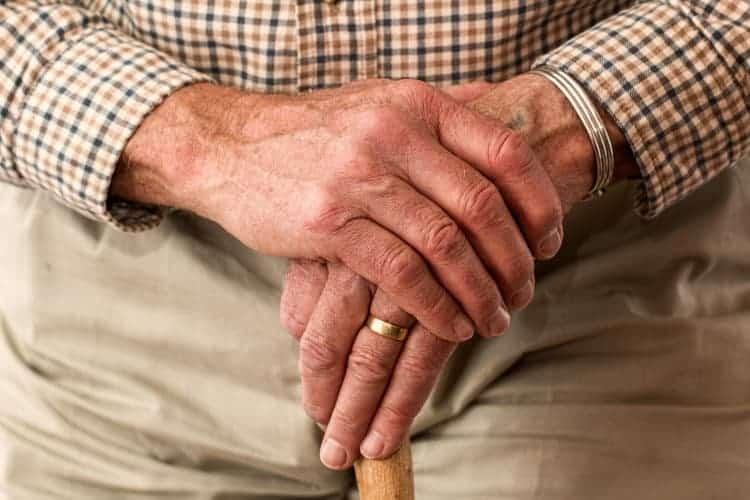 starszy mężczyzna trzyma laskę