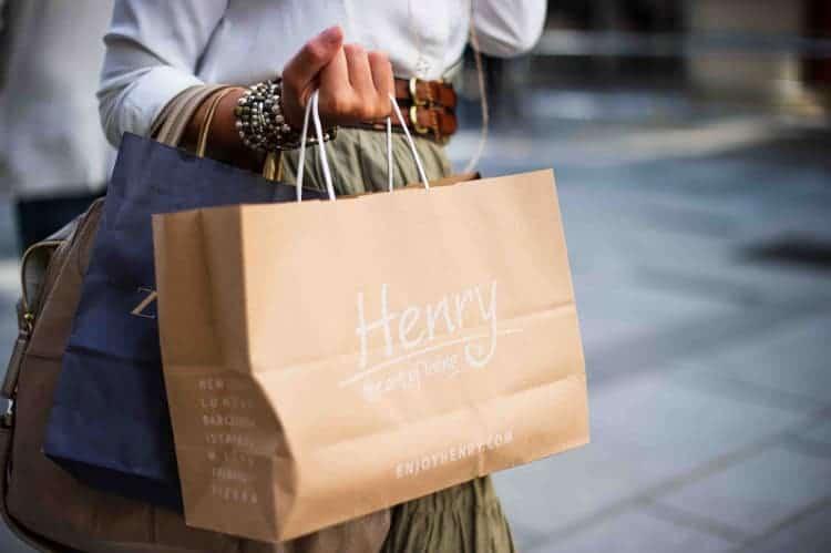 kobieta z torbami na zakupy